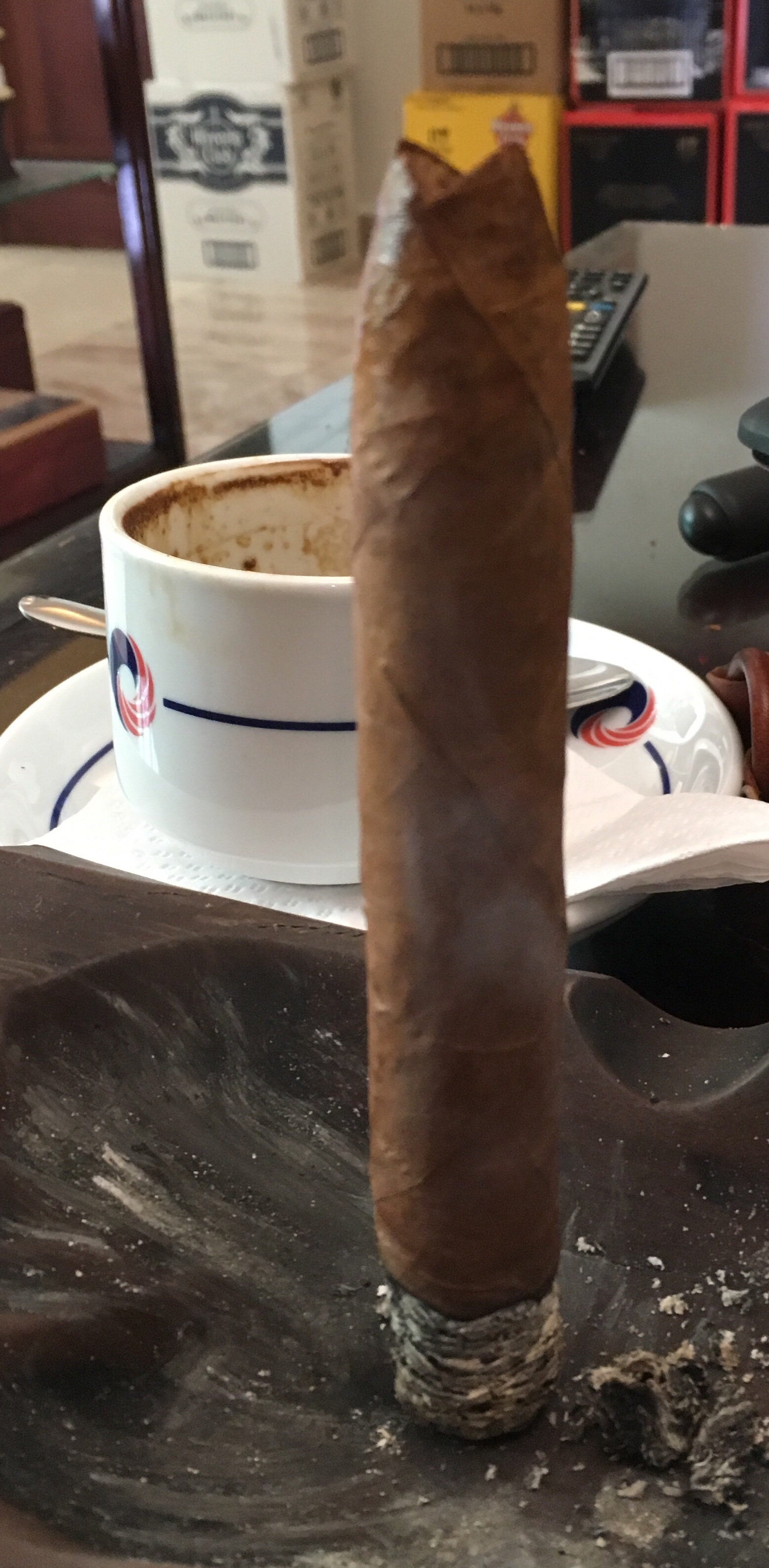 Standing a cigar on its ash? Only the best construction allows for it!